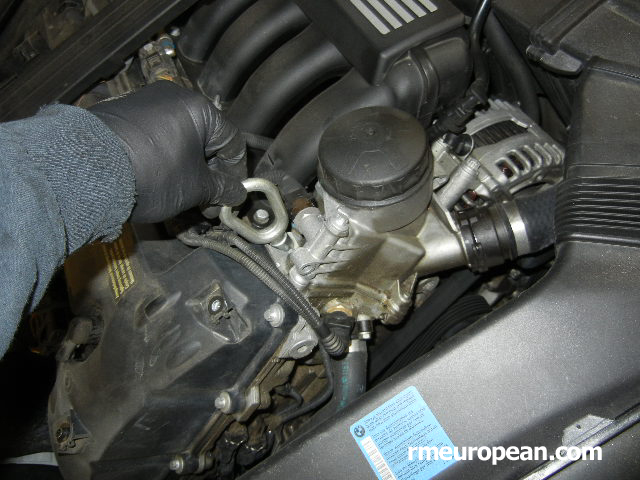 BMW E90, E91, E92 Engine mount replacement - Screw in the hook for lifting the engine
