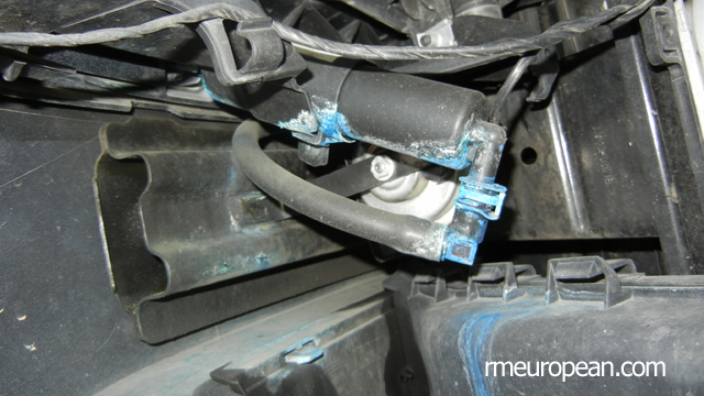 BMW E90 Headlight Washer Replacement - Leaking headlight washer cylinder.