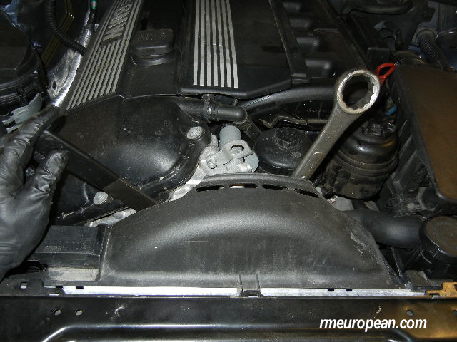BMW E46 Power Steering Pump Replacement - removing the fan